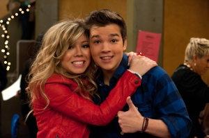 """Jennette McCurdy (Sam) with co-star Nathan Kress (Freddie) on the iCarly episode """"iOpen a Restaurant."""" (Photo by Lisa Rose/Nickelodeon. ©2012 Viacom International Inc.)"""