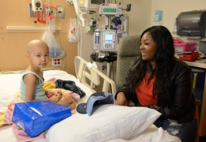Candice Glover visits Children's Hospital Los Angeles during season 12 of American Idol. (Photo by Michael Becker/FOX)